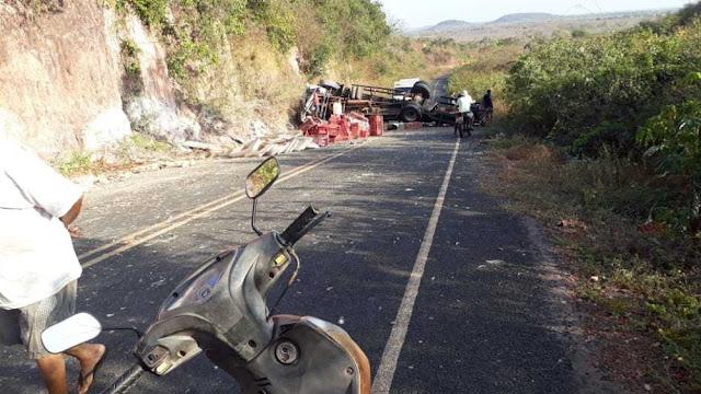 Condutor perde controle e caminhão carregado com frango tomba no Piauí