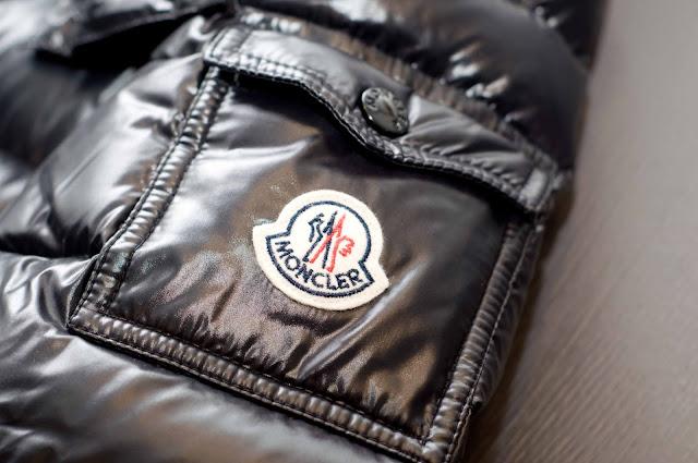 Monogram Moncler na kurtce, naszyta napa, logo koguta