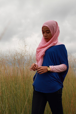 Titi Arni Malik manis pakai Jilbab Pink di Padang ilalang model manis