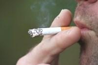 Uomo che fuma una sigaretta che contiene cadmio