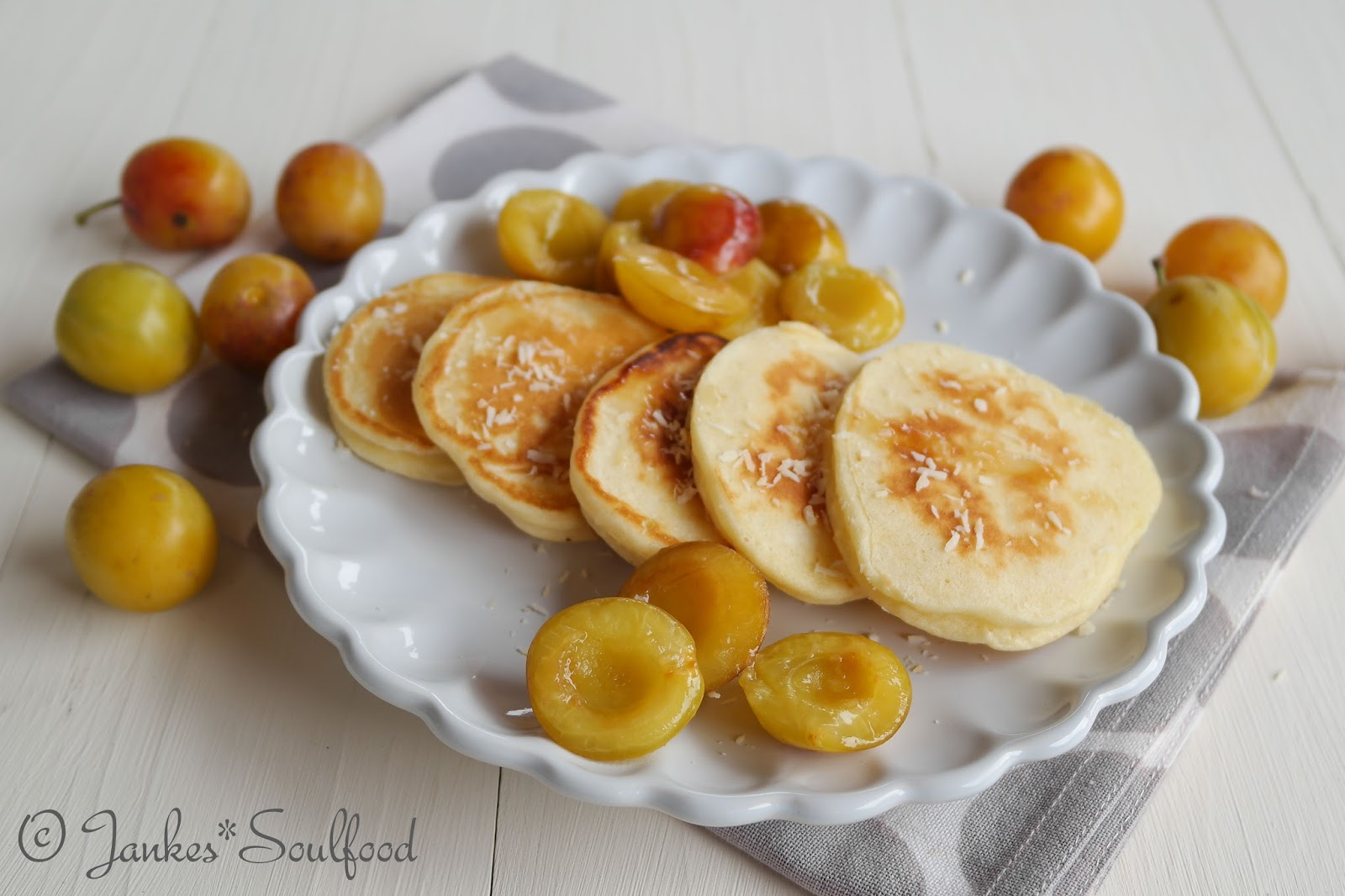 Buttermilch-Pancakes mit Kokos