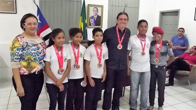 Estudantes de escolas das Redes Municipal, Estadual e Particular, campeões nos JEM's 2017, são recebidos pelo prefeito Fábio Gentil
