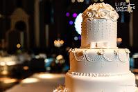 casamento luxuoso realizado na associação leopoldina juvenil em porto alegre com cerimônia no salão imperatriz e recepção no salão leopoldina com organização projeto e cerimonial de life eventos especiais decoração luxuosa elegante e sofisticada bolo de casamento