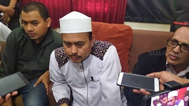 PA 212: Ninoy Cium Tangan Ustaz Bernard karena Diselamatkan ke Masjid