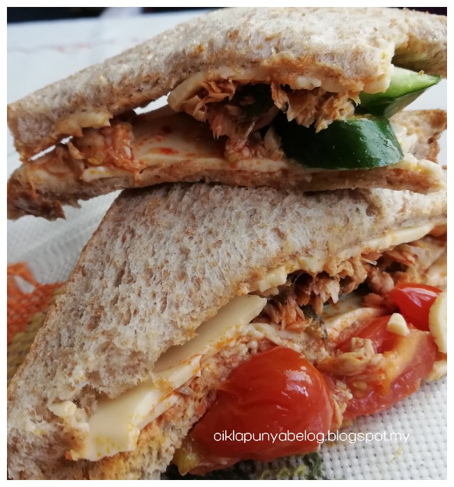 Sandiwch roti mil penuh dengan isi sambal ikan dan cheese yang sedap gila!
