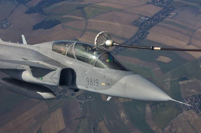 New Czech Gripen pilots train for air refueling in Sweden