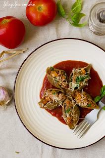 (Faszerowane muszle z sosem pomidorowym