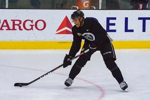 Akil Thomas genießt eine größere Eisfläche, um an seinem Spiel zu arbeiten