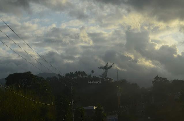 Monumen Yesus Memberkati pada suatu senja berkabut di Manado ||jelajahsuwanto