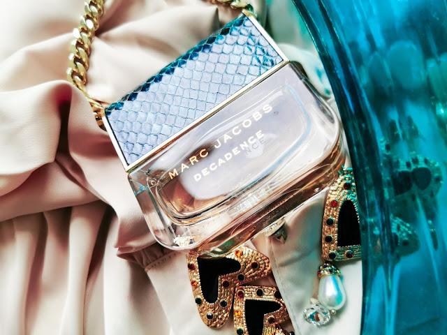 Nádherné balenie Divine Decandence v tvare luxusnej kabelky z hadej kože
