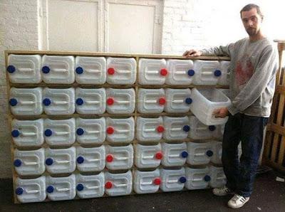 Organizador feito com galões de plástico