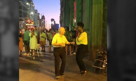Anciano baila en las calles de Madrid