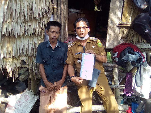 Keterangan Foto : Camat Bangko, H. M. Rijalul Fikri, SE. menunjukan dokumen surat didampingi Ujang selaku pemilik rumah yang tidak layak huni dan sempat viral di medsos.
