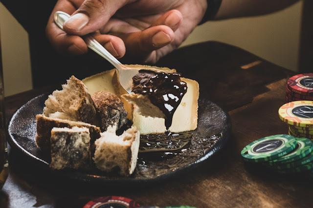 harmonização de geleia com pão e queijo