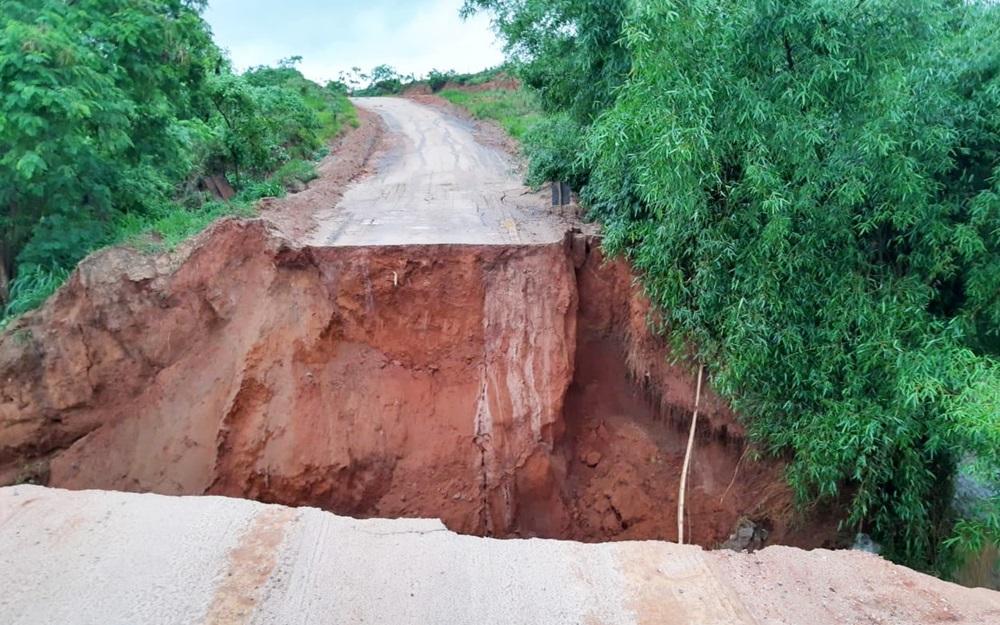 Cratera aberta por chuva interdita BR-367 entre Salto da Divisa e Jacinto