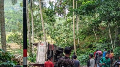 Truk Warga Wonosido, Terperosok di Tikungan Tajam Kemranggen Bruno