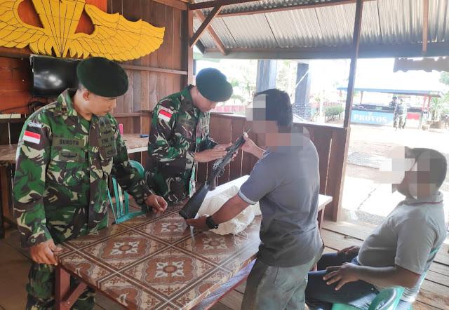 Warga Pendatang Serahkan Senjata Api Ruger Kepada Satgas Pamtas RI-PNG Yonif 411 Kostrad