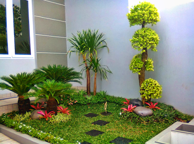Desain Taman Depan Rumah Bergaya Minimalis Modern Dengan Beberapa Tanam Kering dan Footwalk Batu Alam