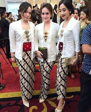 Kebaya Batik Rok Panjang Kombinasi Polos