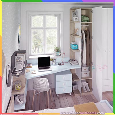 مكتب مطل على العالم الخارجي مرتب في غرف النوم