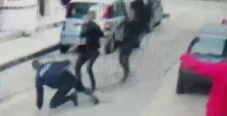 Βίντεο από την επίθεση που δέχθηκε αστυνομικός στα Λαδάδικα