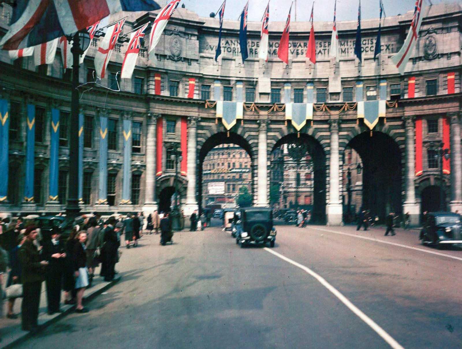El Arco del Almirantazgo está decorado con banderas aliadas en celebración del Día de los VE. 3 de septiembre de 1945.