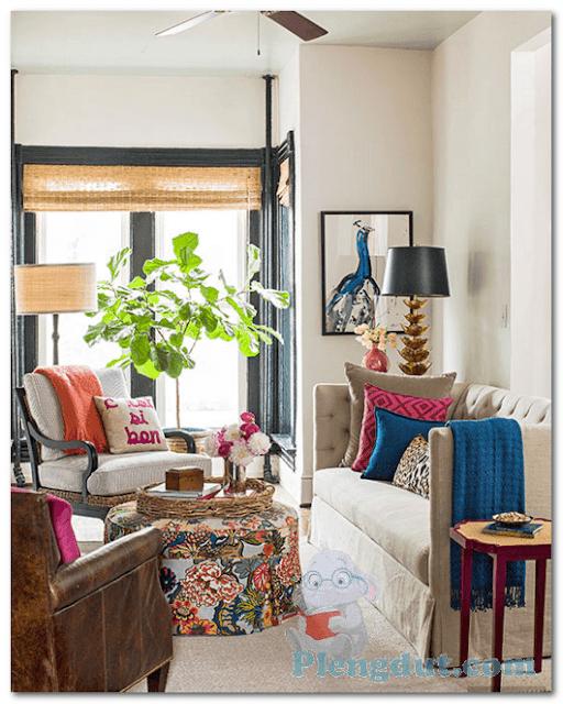Ide 13: Cat putih pada tembok ruangan serta paduan cat hitam pada frame jendela dan pintu dengan tambahan dekorasi untuk tanaman dan pernak-pernik kursi dan sorfa menambah kesan eksotik