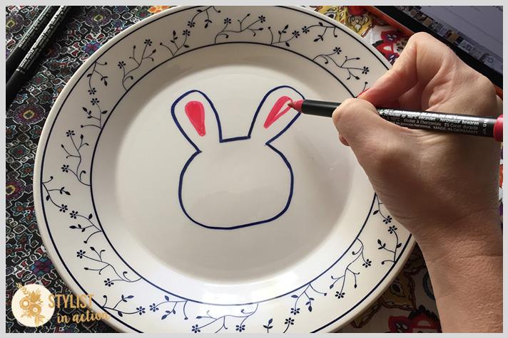 Ir haciendo los detalles del conejo. Hacer las orejas con color rosa