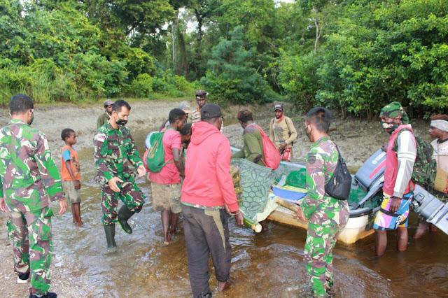 Satgas Pamtas RI-PNG Yonif 125 Bantu Evakuasi Seorang Ibu Yang Mau Melahirkan