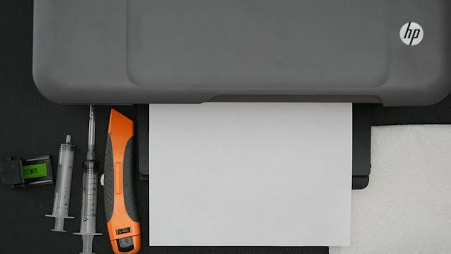 Impresora HP imprimiendo documento.