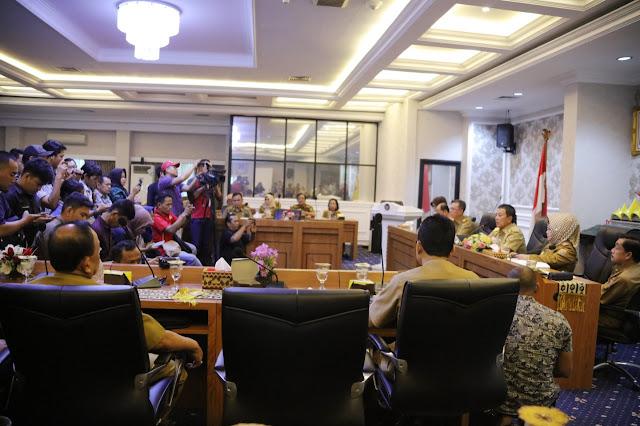 Viral Petang (03/03/2020) BANDARLAMPUNG ----- Gubernur Lampung Arinal Djunaidi mengimbau masyarakat Lampung tidak khawatir dan panik terhadap virus corona atau Covid-19 karena selain Lampung masih aman, antisipasi juga dilakukan maksimal, termasuk mempersiapkan rumah sakit rujukan untuk mengantisipasi virus itu.