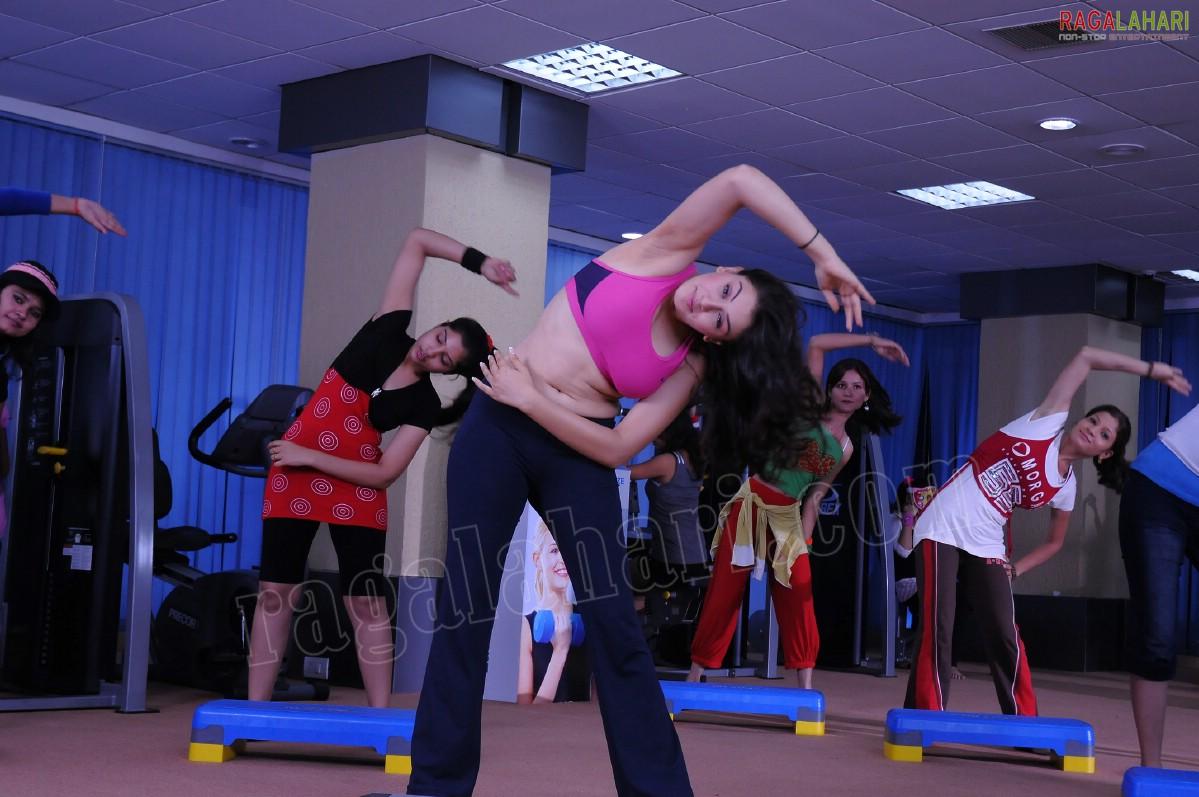 Plumpy Navel, Deep Navel And Actress Sexy Images: Hansika