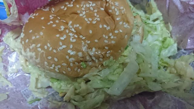 全加大麥克漢堡!! 紙包加菜加小黃瓜加洋蔥加醬,大麥克整個......