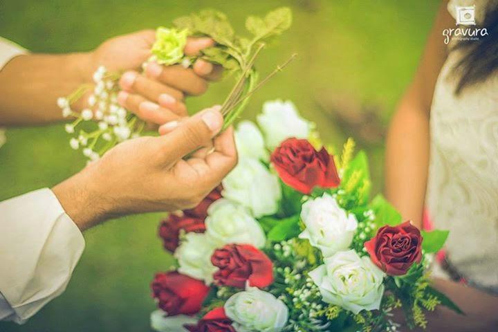 e-session de casal com coroa de flores