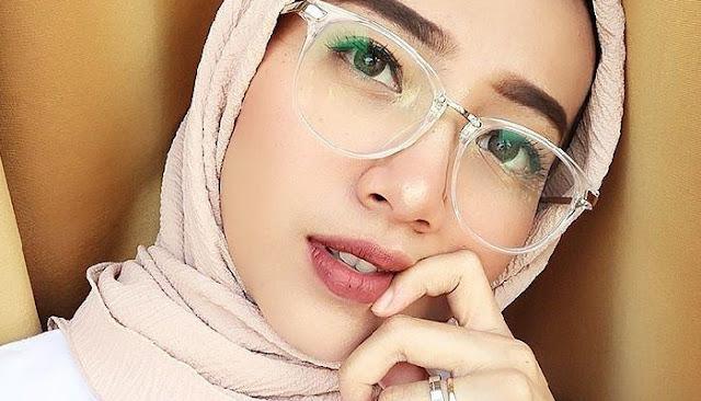 Tips Memakai Hijab Paris untuk Wanita Berkacamata