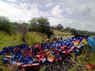 Caminhão carregado de garrafas tomba