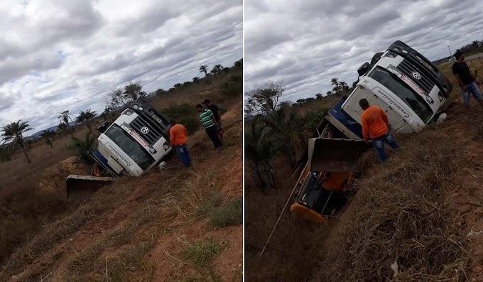 Caçamba que transportava máquina tomba entre os municípios de Serrolândia e Jacobina