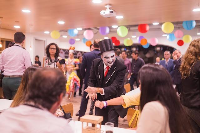 Atração Mágico Close Up para festa corporativa da empresa regus, Spaces Cinelandia RJ.
