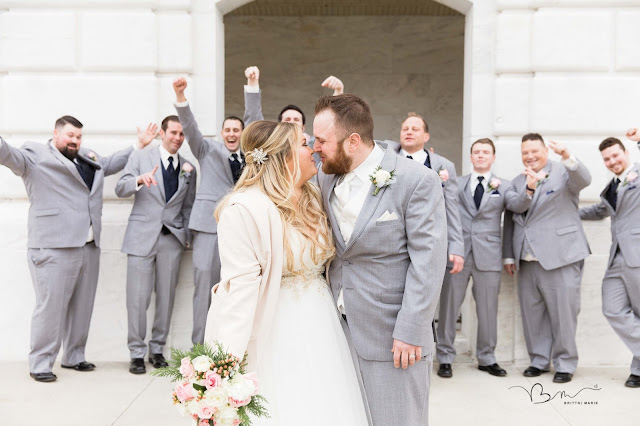 bride and groom kissing in front of the detroit institute of arts
