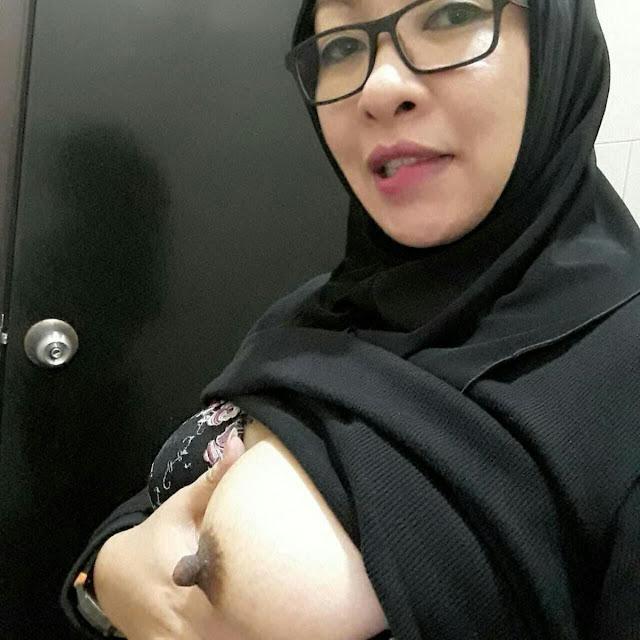 tante jilbab cantik horny 03