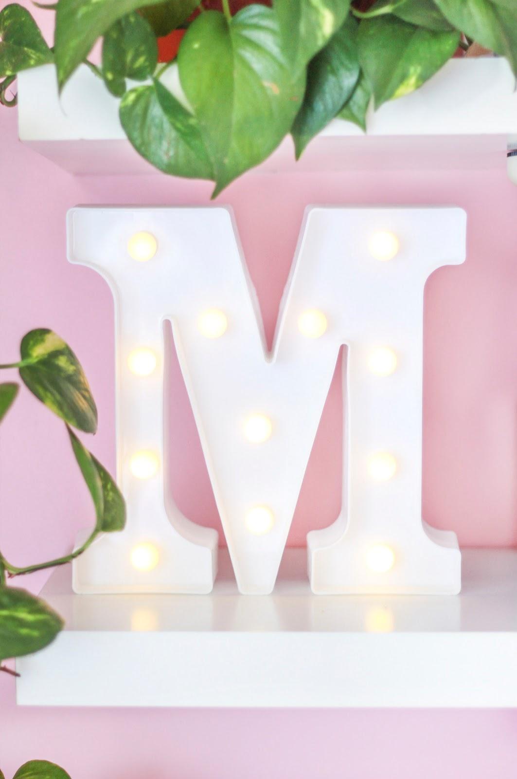 letreiro luminoso letra M