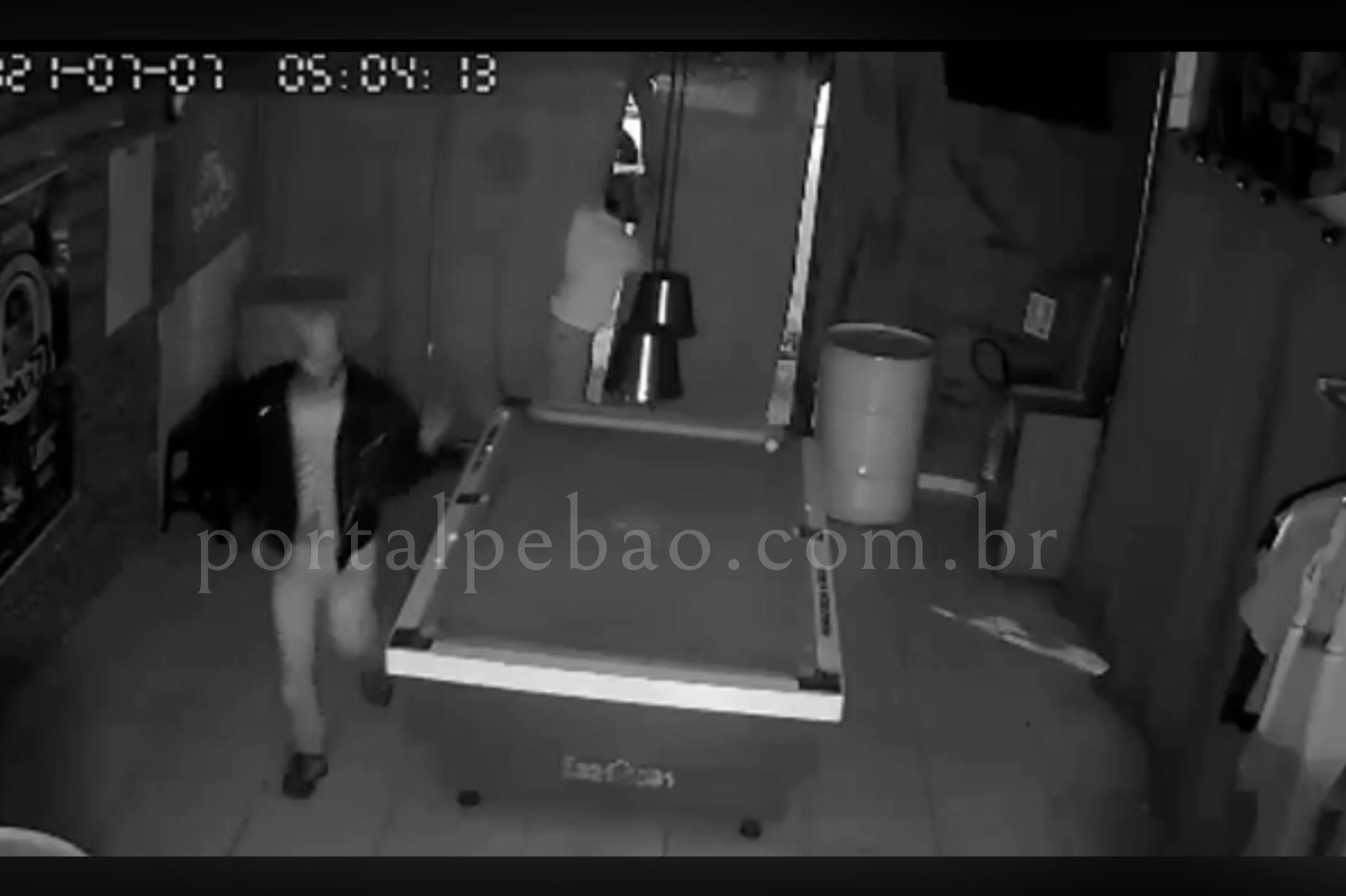 Câmeras de segurança flagram ação de ladrões em loja em Parauapebas.