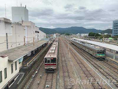 東武9050系と並ぶ秩父鉄道7000系