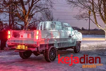 Keren, Mobil Unik Dari Es Batu di Kanada
