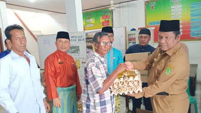 Wakil BupatI Rohil Drs.H Jamiludin, dan Setda Rohil Drs. H Surya Arfan, Msi, Menyerahkan Bantuan Sembako Kepada 6 (KK) Korban Kebakaran