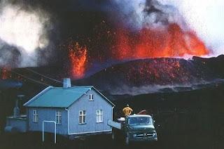 Imagen de la erupción volcánica en la isla de Heimaey - 1973