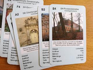 Einige Spielkarten des Quartett Schwimmbäderin Berlin. Unter anderem mit der Schwimmhalle Finckensteinallee und dem Stadtbad Prenzlauer Berg.