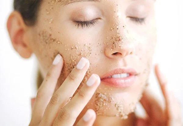 Tẩy da chết vật lý tạo ra những vết xước khiến kiềm càng có cơ hội ăn mòn và gây kích ứng