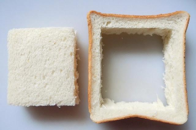 食パンの真ん中を残してくり抜きます
