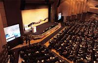 Kongre yapılan bir salonun bir locadan görünümü